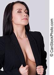 piękny, reputacja, kobieta, jej, regulując, cleavage., młody, przeciw, szary, pociągający, tło, garnitur, rozłupanie