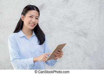 piękny, reputacja, kobieta, komputer, tabliczka, freelancer, media, concept., towarzyski, młody, cement, dotyk, tło, asian, komunikacja, online, uśmiech, dziewczyna