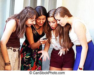 piękny, ruchomy, dziewczyny, patrząc, telefon, student,...
