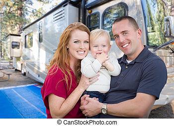 piękny, rv, rodzina, młody, ich, campground., przód, wojskowy, szczęśliwy