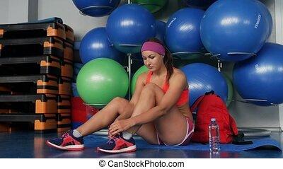 piękny, sala gimnastyczna, kobieta, shoelaces, przywiązywanie
