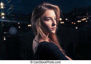 piękny, samotny, kobieta, w, przedimek określony przed rzeczownikami, stary, dom, przeciw, miasto, noc, light.