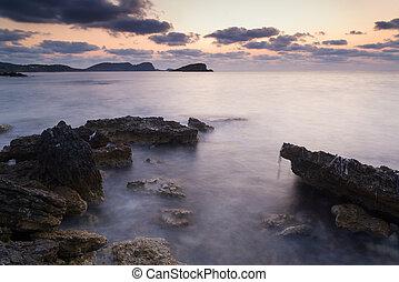 piękny, skalisty, motyw morski, na, śródziemnomorski, krajobraz, morze, wschód słońca, coastline