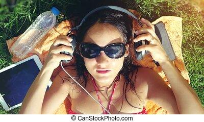 piękny, song., kobieta, sunglasses, górny, młody, trawa, muzykować słuchanie, 3840x2160, prospekt, śpiew, leżący