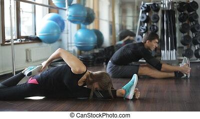 piękny, stosowność, dziewczyna, atleta, czyn, rozciąganie noga, mięśnie, niejaki, człowiek, szczelnie do, jej, student., ona, trener, instructor.