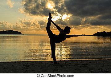 piękny, sylwetka, yoga, dziewczyna, plaża, wschód słońca