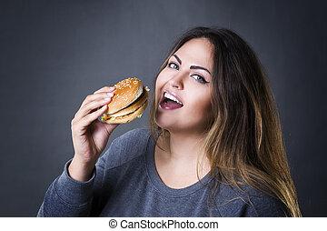 piękny, szary, kobieta jedzenie, przedstawianie, rozmiar, młody, hamburger, tło, plus, studio, hamburger, wzór, szczęśliwy, xxl