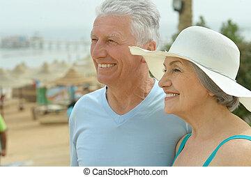 piękny, szczęśliwy, starsza para, na, plaża