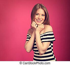 piękny, toothy, kobieta, nastrojony, pod, twarz, tło., różowy, closeup, blond, siła robocza, portret, uśmiechanie się, strój, pasiasty