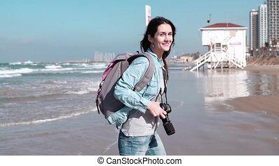 piękny, uśmiecha się, biegnie, plaża., aparat fotograficzny., fale, kobieta, motion., powolny, podmuchowy, wspaniały, dziewczyna, hair., kaukaski, wiatr