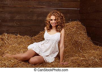 piękny, uśmiechnięta kobieta, portret, z, długi, kędzierzawy, owłosienie, na, stóg siana, żniwa, tło