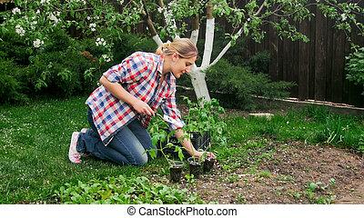 piękny, uśmiechnięta kobieta, pracujący, w, ogród