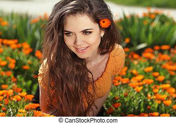 piękny, uśmiechnięta kobieta, z, długi, zdrowy, włosy, na, kwiaty, outdoors, portret