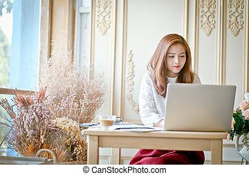 piękny, używający laptop, kobieta handlowa