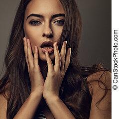 piękny, włosy, usteczka, skóra, portret, styl, różowy, szminka, kędzierzawy, długi, tło., brązowy, kobieta, makijaż, ręka, dotykanie, closeup, sexy, nastrojony, kasownik, jej, zdrowy, szary