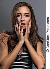 piękny, włosy, usteczka, skóra, portret, styl, różowy, szminka, kędzierzawy, długi, tło., brązowy, kobieta, makijaż, ręka, dotykanie, closeup, sexy, kasownik, jej, zdrowy, szary