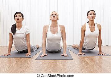 piękny, yoga, trzy, grupa, międzyrasowy, położenie, kobiety