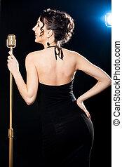 piękny, złoty, śpiewak, kobieta, rocznik wina, młody, dzierżawa, uśmiechanie się, strumienica, mikrofon