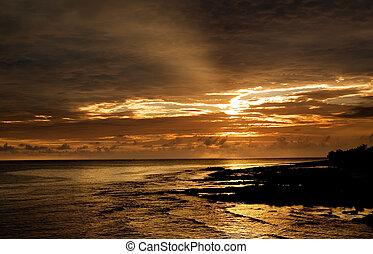 piękny, zachód słońca ocean