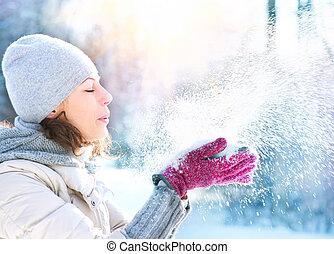 piękny, zima, kobieta, podmuchowy, śnieg, na wolnym...