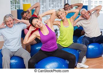 piłki, ludzie, sala gimnastyczna, wykonując, stosowność klasa