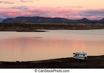 piacevole, campeggiatore, shoreline, lago, parcheggiato