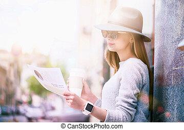 piacevole, giornale, donna, giovane, lettura