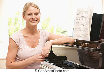 piano, mulher sorri, sentando