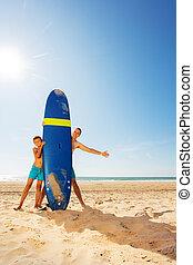 piasek, za, ojciec, syn, deska, fale przybrzeżne, plaża