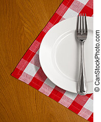 piastra bianca, e, forchetta, su, tavola legno, con, rosso, controllato, tovaglia