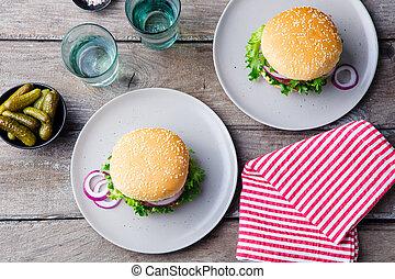 piastra, hamburger, cima legno, pickles., fondo., vista.