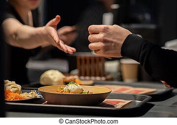 piastra, restaurant., mani, altro, cibo., raggiungere fuori, scuro