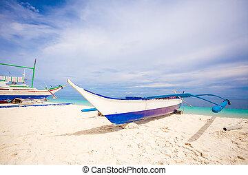 piccola barca, su, il, spiaggia bianca, in, isola tropicale