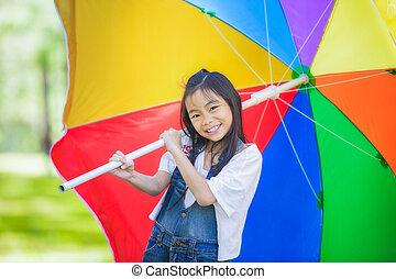 piccola ragazza, asiatico, ombrello, divertente