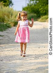 piccola ragazza, braccia, felice, aperto, correndo