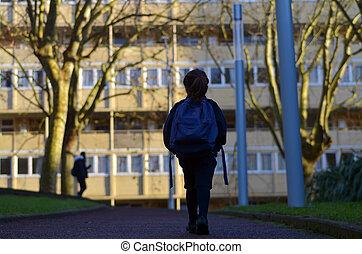 piccola ragazza, camminare, a, scuola, solo, vicino, lei stessa, in, il, strada