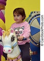 piccola ragazza, cavalcata, su, cavallo carosello