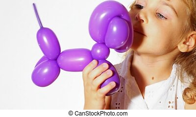 piccola ragazza, con, balloon, cane, sfondo bianco