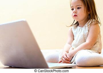 piccola ragazza, con, lei, computer portatile
