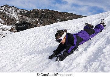 piccola ragazza, diapositiva, su, neve, durante, vacanza inverno