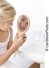 piccola ragazza, divertimento, con, uno, specchio