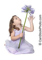 piccola ragazza, gioco, con, fiore