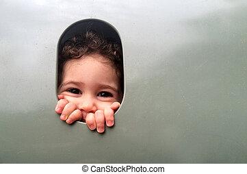 piccola ragazza, occhiate, da, finestra, in, campo di gioco