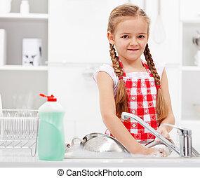 piccola ragazza, piatti lavaggio, cucina