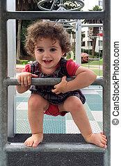 piccola ragazza, rampicante, su, uno, scala, in, il, campo di gioco