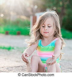 piccola ragazza, sabbia, gioco