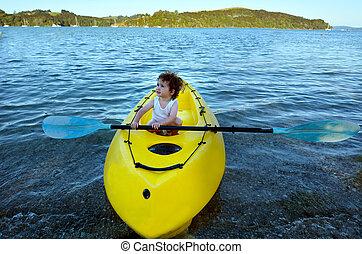 piccola ragazza, su, uno, giallo, kayak