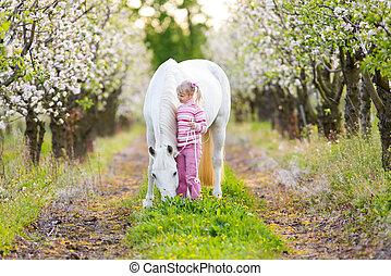 piccolo bambino, con, uno, cavallo bianco