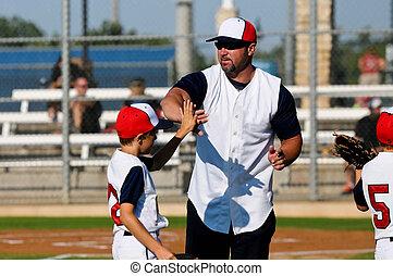 piccolo baseball lega, ragazzo, con, allenatore