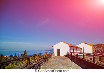 Piccolo cottage bianco cielo blu piccolo mare for Piani casa bungalow piccolo artigiano